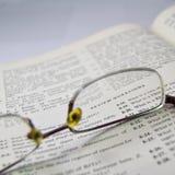 Overzichtsvragen, de elektronische lezing van het techniekboek met glas op open pagina royalty-vrije stock foto