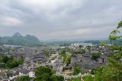 Overzie aan oude stad in bergen op bewolkte de lentedag stock foto