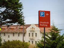 Overzie parkerenteken op een gebied van de aardtoevlucht op donkere dag wordt gepost die royalty-vrije stock foto