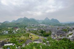 Overzie van helling aan oude stad in berg op bewolkte dag royalty-vrije stock afbeeldingen