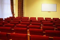 Overzie van lege conferentiezaal. rijen van een stoel stock fotografie