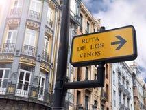 OVIEDO, SPAGNA - 14 maggio 2017: Barra di vino designare del segno dell'itinerario del vino Fotografia Stock Libera da Diritti