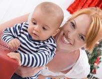 Ovillkorlig förälskelse - fostra och behandla som ett barn att öppna jul eller birt arkivfoto