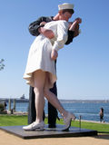 Ovillkorlig kapitulation AKA kyssstatyn i San Diego arkivbilder
