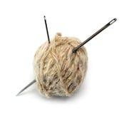 Ovillo de la cuerda de rosca de las lanas y de dos agujas Imagen de archivo