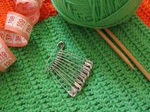 Ovillo y aguja verdes para hacer punto Imagenes de archivo