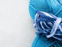 Ovillos azules del hilado Copie el espacio Imagenes de archivo
