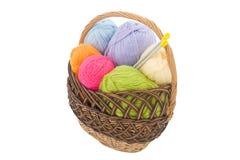 Ovillos de las lanas en cesta Foto de archivo