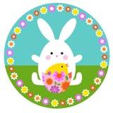 Ovo bonito do coelhinho da Páscoa e de choque no círculo com quadro floral foto de stock royalty free