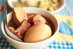 ovo com carne de porco na sopa Foto de Stock