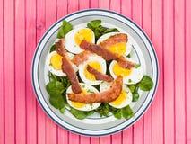 Ovo cozido e salada friável do bacon com agrião Imagem de Stock