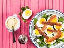Ovo cozido e salada friável do bacon com agrião Imagens de Stock