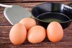Ovo da galinha de Brown e bandeja do ferro na tabela Imagens de Stock Royalty Free