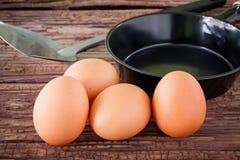 Ovo da galinha de Brown e bandeja do ferro na tabela Fotografia de Stock Royalty Free