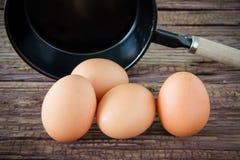 Ovo da galinha de Brown e bandeja do ferro na tabela Fotos de Stock