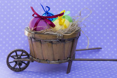 Ovo da páscoa com fitas coloridas Fotografia de Stock Royalty Free