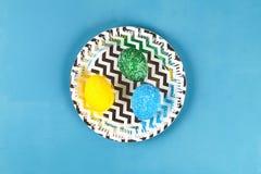 Ovo da páscoa de Diy pintado com arroz colorido em um fundo azul A decoração dos ovos para a Páscoa imagens de stock