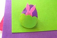 Ovo da páscoa e coelho de feltro Como fazer o ornamento feito a mão da Páscoa Conceito Sewing etapa foto de stock royalty free