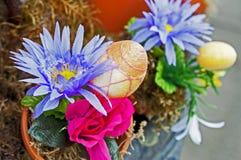 Ovo da páscoa em um vaso de flores Imagens de Stock
