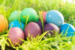 Ovo da páscoa! fundos coloridos felizes do conceito da Páscoa das decorações do feriado da caça do Domingo de Páscoa com espaço d Imagens de Stock Royalty Free