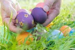 Ovo da páscoa! fundos coloridos felizes do conceito da Páscoa das decorações do feriado da caça do Domingo de Páscoa com espaço d Fotos de Stock Royalty Free