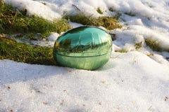 Ovo da páscoa na neve de derretimento Foto de Stock Royalty Free