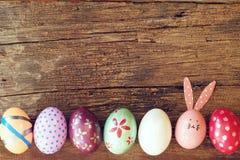 Ovo da páscoa pintado na cara do coelho com a orelha longa e da dobra, conceito do feriado da Páscoa, ovos extravagantes imagem de stock royalty free