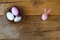 Ovo da páscoa pintado na cara do coelho com a orelha longa e da dobra, conceito do feriado da Páscoa, ovos extravagantes fotografia de stock