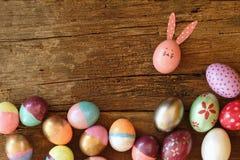 Ovo da páscoa pintado na cara do coelho com a orelha longa e da dobra, conceito do feriado da Páscoa, ovos extravagantes foto de stock