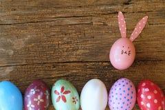Ovo da páscoa pintado na cara do coelho com a orelha longa e da dobra, conceito do feriado da Páscoa, ovos extravagantes foto de stock royalty free