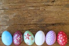 Ovo da páscoa pintado na cara do coelho com a orelha longa e da dobra, conceito do feriado da Páscoa, ovos extravagantes imagem de stock