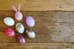 Ovo da páscoa pintado na cara do coelho com a orelha longa e da dobra, conceito do feriado da Páscoa, ovos extravagantes fotografia de stock royalty free