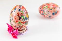 Ovo da páscoa pintado no suporte feito sob encomenda do ovo imagens de stock
