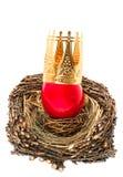 Ovo da páscoa vermelho com a decoração dourada da coroa Imagens de Stock Royalty Free