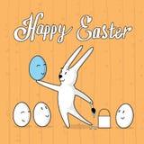 Ovo da pintura do coelho com do cartão feliz da bandeira do feriado da Páscoa da cara dos desenhos animados textura de madeira Imagem de Stock