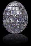 Ovo da páscoa composto das pedras preciosas no fundo preto lustroso Imagens de Stock Royalty Free