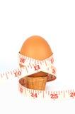Ovo de Brown na taça para ovo com fita da medida Imagens de Stock