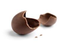 Ovo de chocolate rachado Fotos de Stock