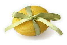 Ovo de Easter amarelo amarrado com uma fita Foto de Stock