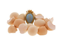 Ovo de Easter em ovos da galinha e o escudo no branco fotos de stock