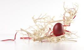 Ovo de Easter entre filiais Imagens de Stock Royalty Free