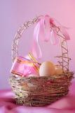 Ovo de Easter na cesta Imagens de Stock