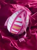 Ovo de Easter na seda Fotografia de Stock