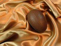 Ovo de Easter no cetim Imagens de Stock