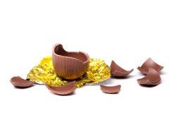 Ovo de Easter quebrado do chocolate Fotografia de Stock