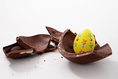 Ovo de Easter quebrado nas partes fotografia de stock