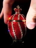 Ovo de Faberge nas mãos fotografia de stock royalty free
