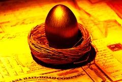 Ovo de ninho dourado fotografia de stock royalty free