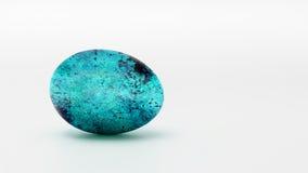 Ovo de turquesa em um fundo branco Imagens de Stock