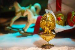Ovo do ouro do presente com uma surpresa para dentro Foto de Stock Royalty Free